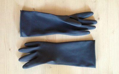 Quand le port des gants nuit à la relation.